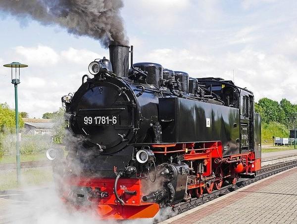 Dampflok Rasender Roland auf der Fahrt durch Rügen